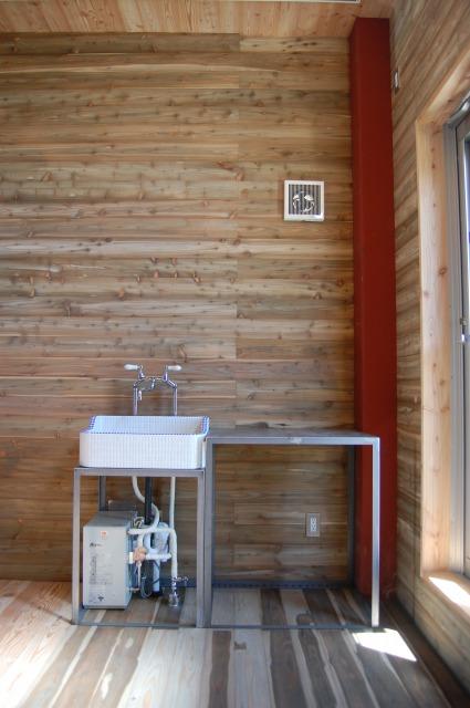 鉄フレームキッチンにタイルシンクとレトロ水栓