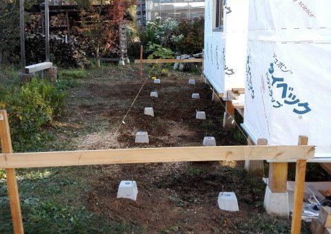 小屋にウッドデッキの束石を設置