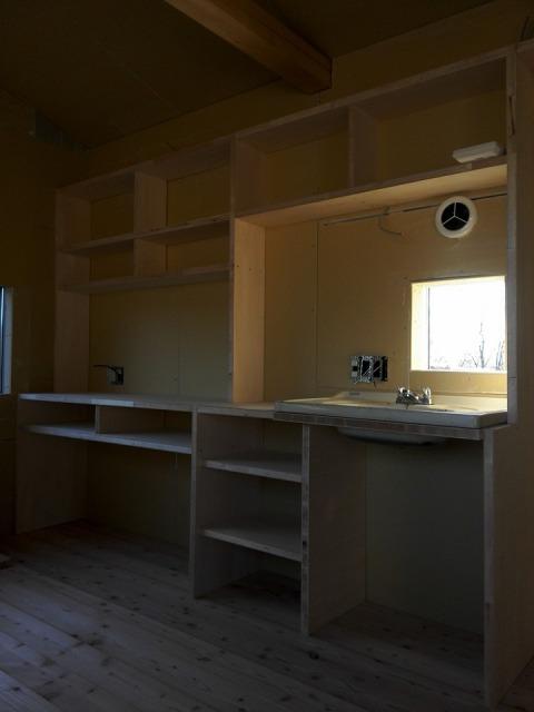 小屋に作り付けの棚とホーローシンクミニキッチン