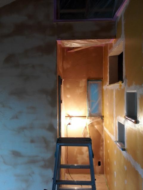 雨降りしっとりな日は漆喰で壁塗り