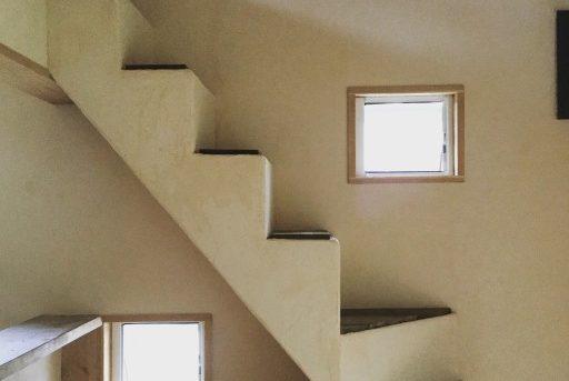 カウンターからのぼる階段