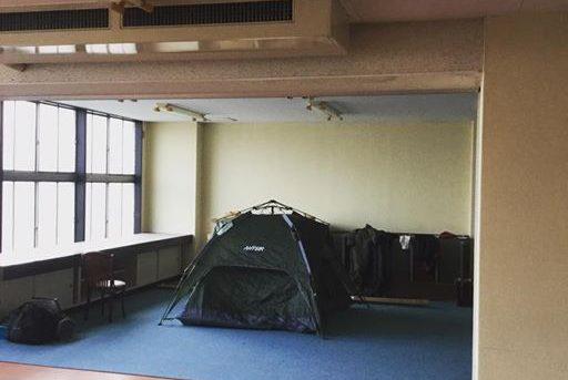 現場キャンプ。階段を降りたら出勤。