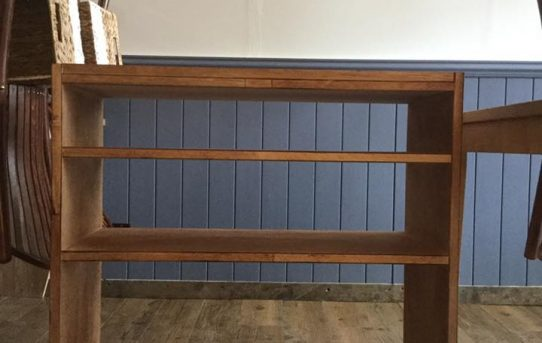 キャスター付きの食器棚を古色塗装