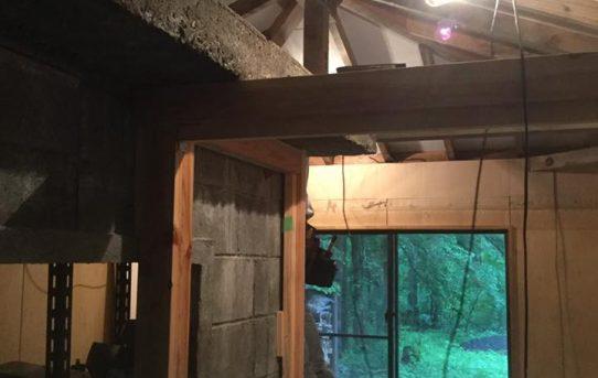 構造材を古材風に、天井を白に塗装。
