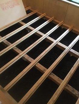 自分で作った竹炭を敷いた床