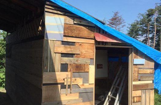 ツギハギの小屋に、ツケタシの薪棚。