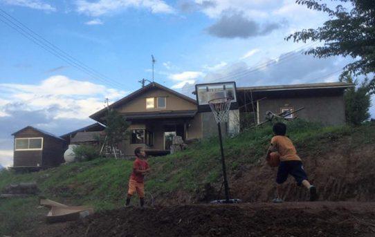 スラムダンクを夢見て庭にバスケットコート作り