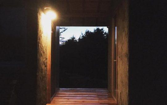 コケ屋根の小屋と青空