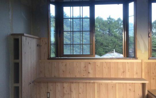 配管スペースを兼ねたベンチのあるミニキッチン