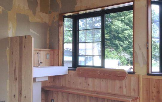 コワーキングスペースのミニキッチンとベンチでコーヒーブレイク