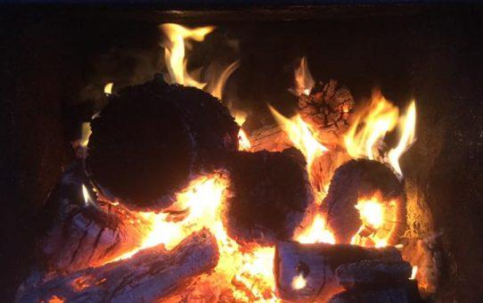 薪ボイラーの火おこしは贅沢な時間