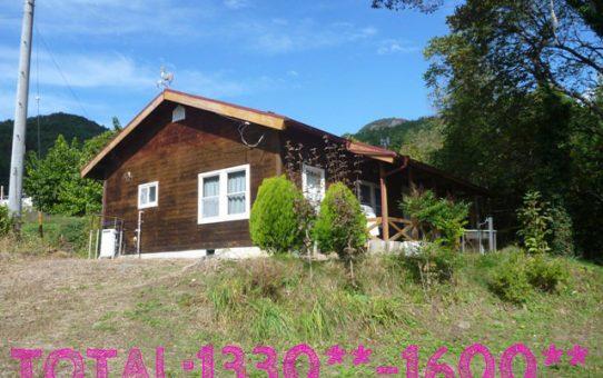 薪ストーブ付きの木造校舎のような赤い屋根のかわいい平屋&優雅にグランピングを楽しむ庭【空き家活用妄想PLAN10】