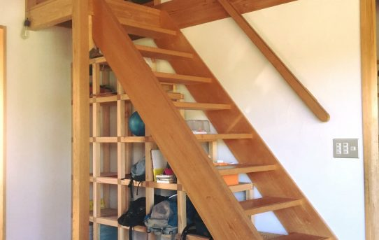 「ねこのしろ」で子どもたちのロッカー的な階段下収納棚を作る