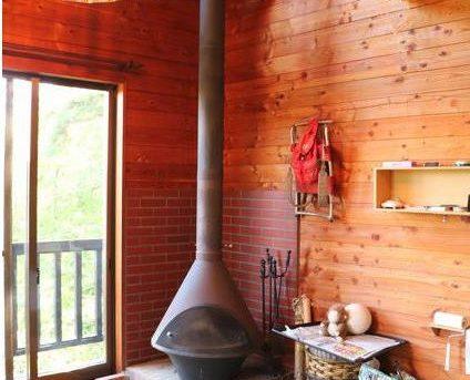 森の海に浮かぶデッキテラスと薪ストーブのある家【空き家活用妄想PLAN14】
