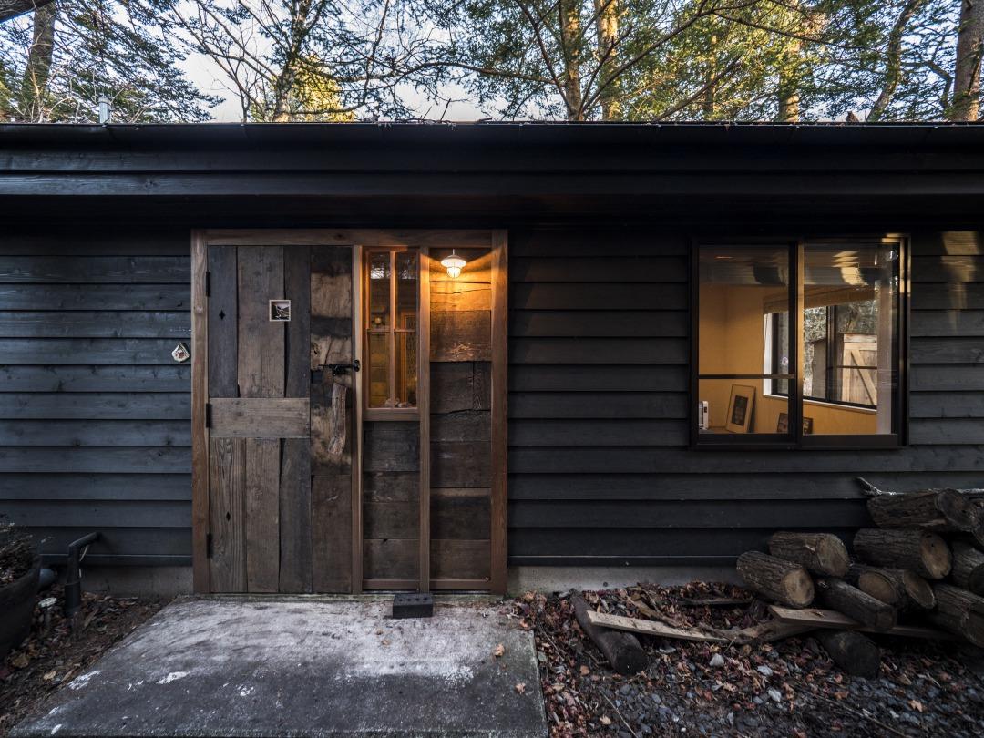 森の中で季節の移ろいを贅沢に楽しむ小屋