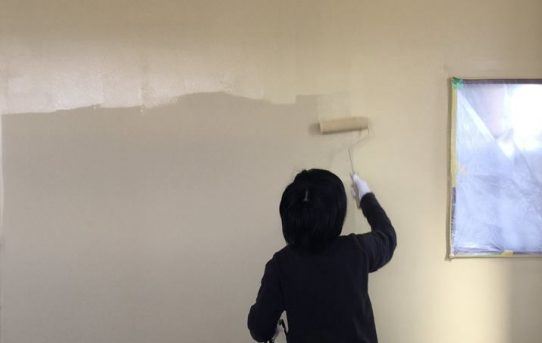 塾アマノさんの生徒さん、先生方と壁塗り、家具塗装