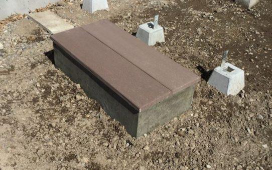 木目調のコンクリート板でウッドデッキアプローチへの踏み石作り