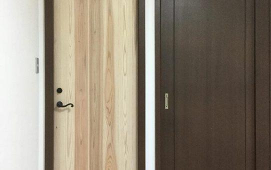 杉の小窓付き木製建具