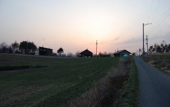 夕陽が昇る丘の上
