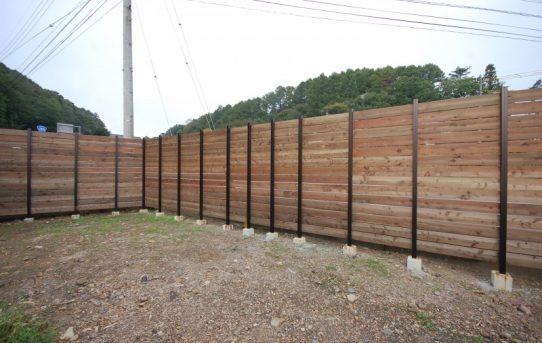 板塀で車通りの激しい道路からの視線をカット