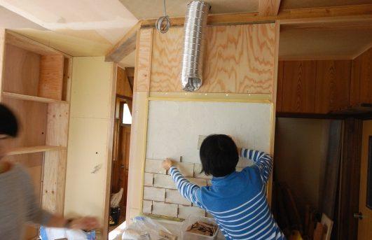 DIY女子部による古材キッチン作りとタイル貼り