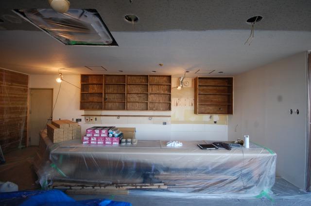 厨房の吊り棚をバトンで塗装しよう。