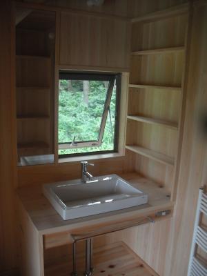 ヒノキでできたいいにおいのする洗面化粧台と洗面脱衣室