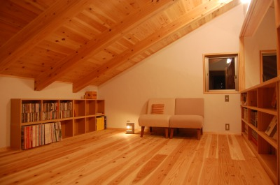 平屋に見えるけど秘密の屋根裏部屋のような2階がある家